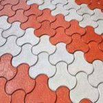Pokládka zámkovej dlažby v rôznych farbách