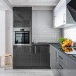 Malé kuchyne v sivej farbe