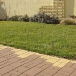 Pokládka dlažby okolo domu